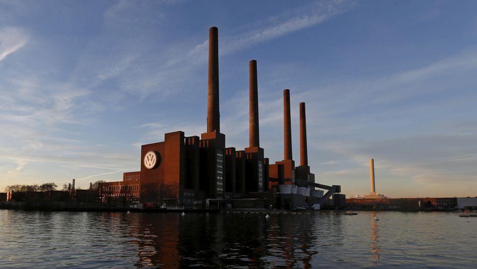 Türme des Volkswagenwerks in Wolfsburg: Mit beschlagnahmtem Gewerkschaftsvermögen und Zwangsarbeit aufgebaut