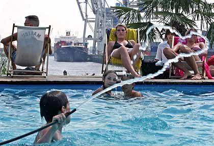 Erfrischende Abkühlung: Wer sich nicht in die Elbe traut, nimmt einfach den Pool daneben