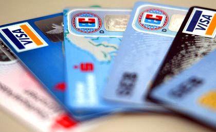 Streit um das Plastikgeld: Banken und Sparkassen bekommen den blauen Brief