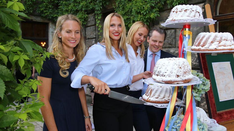 Einschnitt: Die Gräfinnen Katharina, Victoria, Sarah (v. l.) und Stiefbruder Graf Charles von Faber-Castell wollen die Messer weglegen