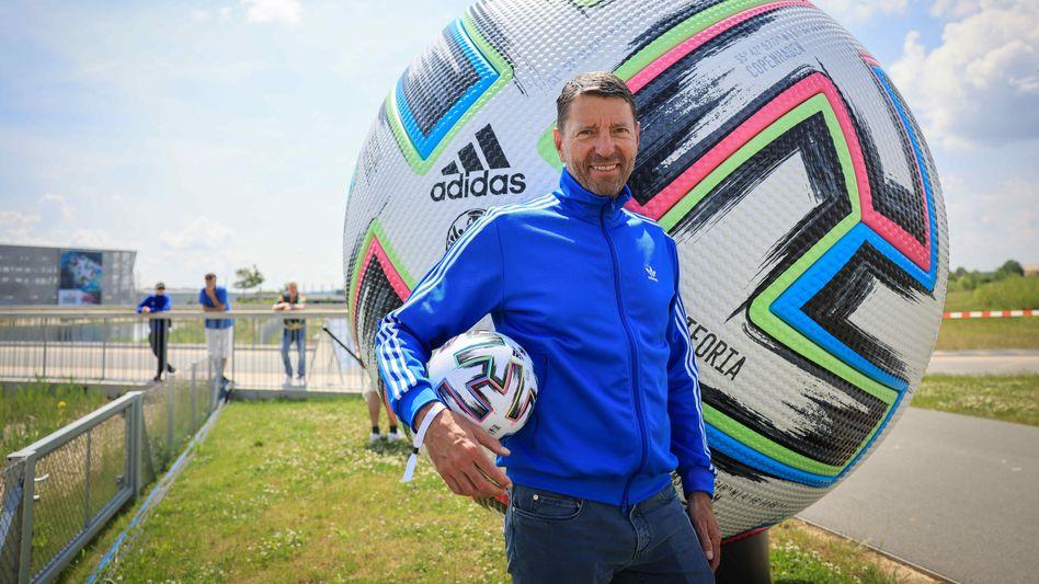 """Mehr Uniform als Euphorie: Adidas-Chef Kasper Rorsted mit EM-Spielball """"Uniforia"""" in Herzogenaurach"""