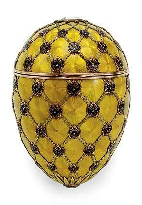 Krönungs-Ei (1897): Ein Tafeldiamant, unter dem die in Diamantrosen und Rubinen ausgelegten Initialen der Zarin zu sehen sind, ziert die Spitze des Eis. Am Fuß des Eis ist unter einem Tafel-diamanten die Jahreszahl 1897 eingelassen