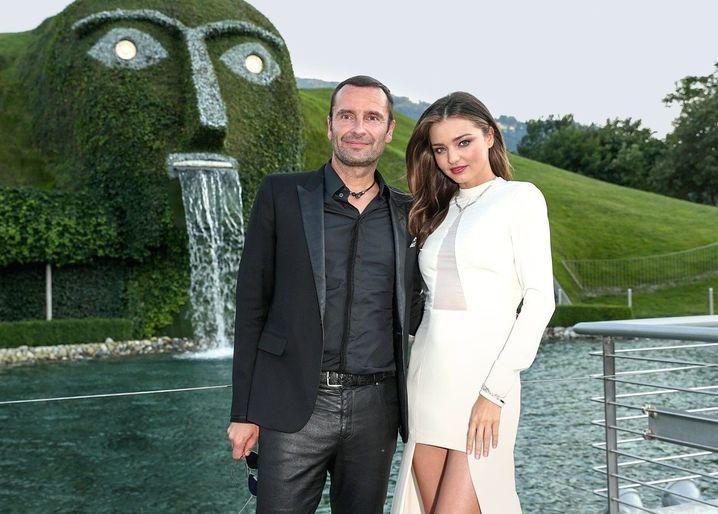 Endlich Chef: Robert Buchbauer und Model Miranda Kerr posieren vorm Swarovski-Museum in Tirol