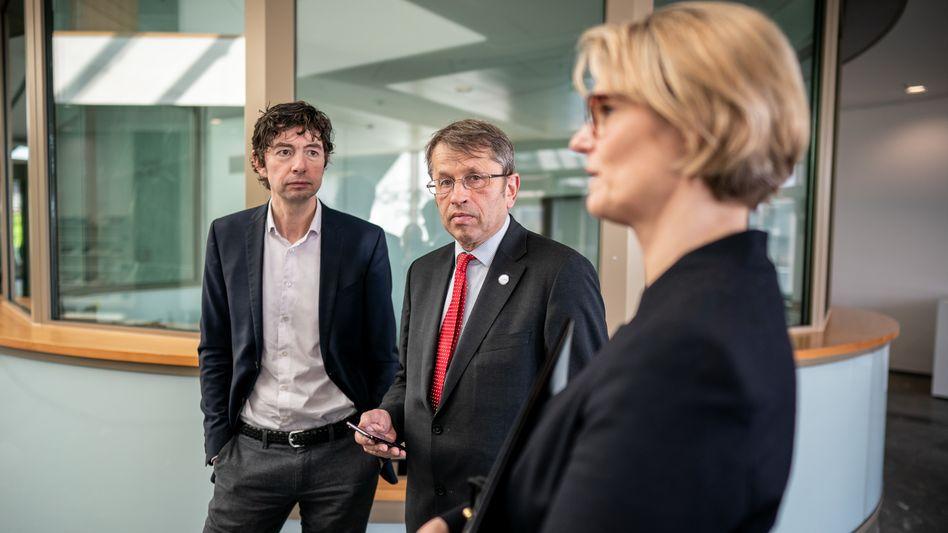 Millionenschwere Förderung: Virologe Christian Drosten, Charité-Vorstandschef Heyo Kroemer und Bundesforschungsministerin Anja Karliczek