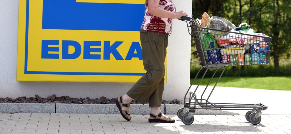 Und raus damit: Edeka ist mit 50 Milliarden Umsatz die Nummer Eins im deutschen Lebensmittelhandel. Im Kampf um geringere Preise hat sich der genossenschaftlich organisierte Konzern im Verbund mit anderen Händlern jetzt mit dem weltgrößten Nahrungsmittelhersteller Nestlé angelegt. Nestlé-Chef ...