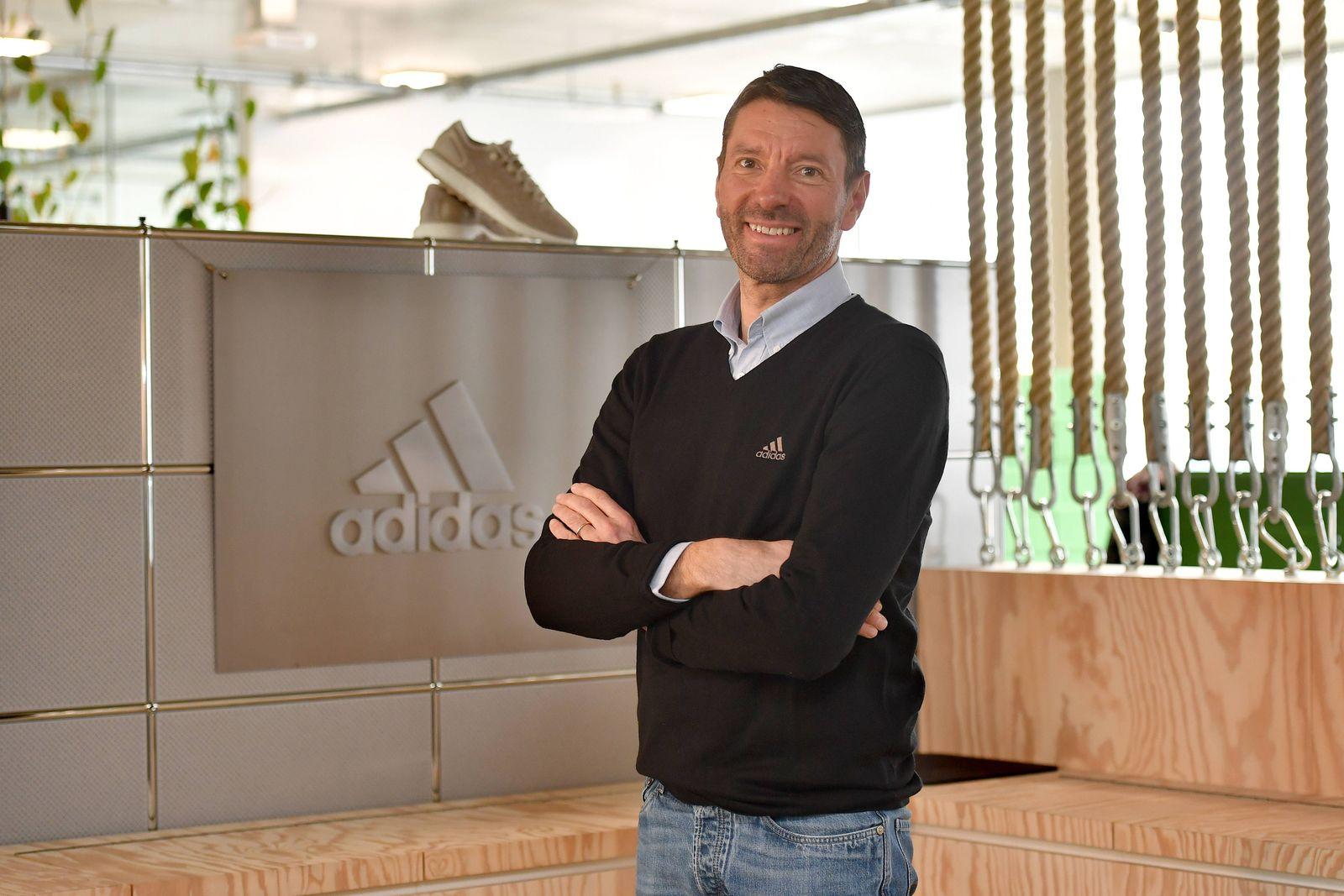 Kasper Rorsted Vorstandsvorsitzender CEO E angeschnittenes Einzelmotiv entspannt in Jeans und Pul