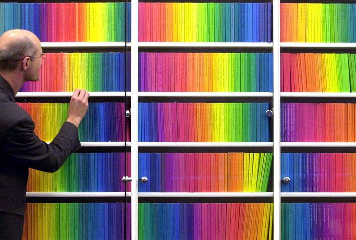 Schmuck: Eine Regalwand mit der regenbogenfarbenen Edition Suhrkamp