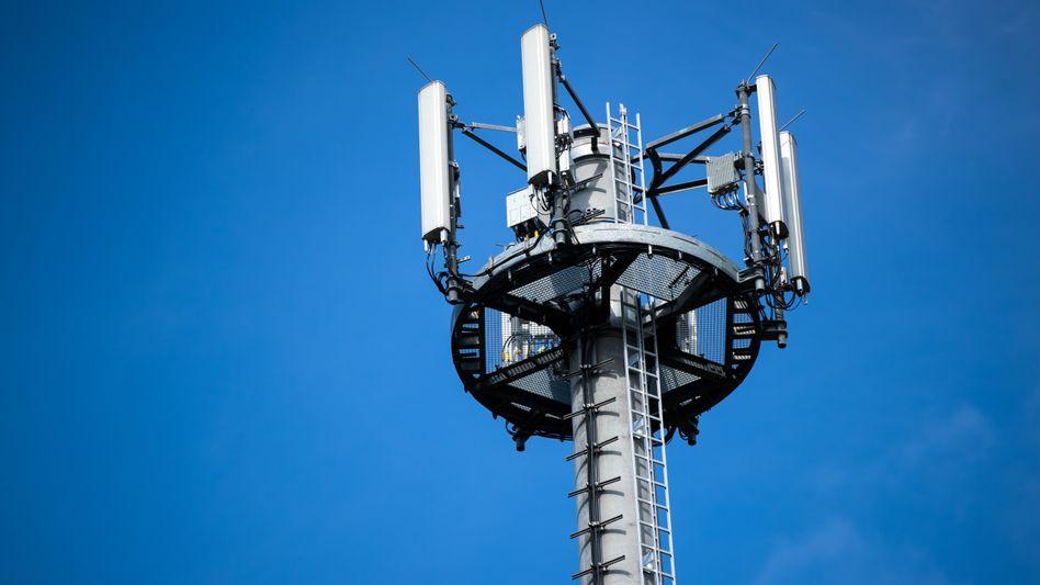 Umstrittene Frequenzvergaberegeln::Mast mit verschiedenen Antennen von Mobilfunkanbietern.