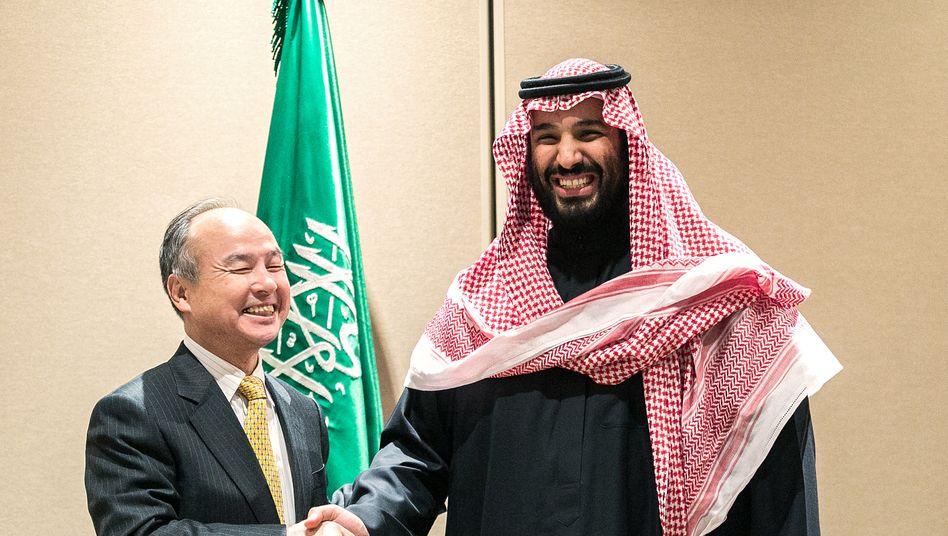 Umstrittene Partnerschaft: Softbank-Chef Masayoshi Son (l.) und Mohammed bin Salman, Kronprinz von Saudi Arabien.