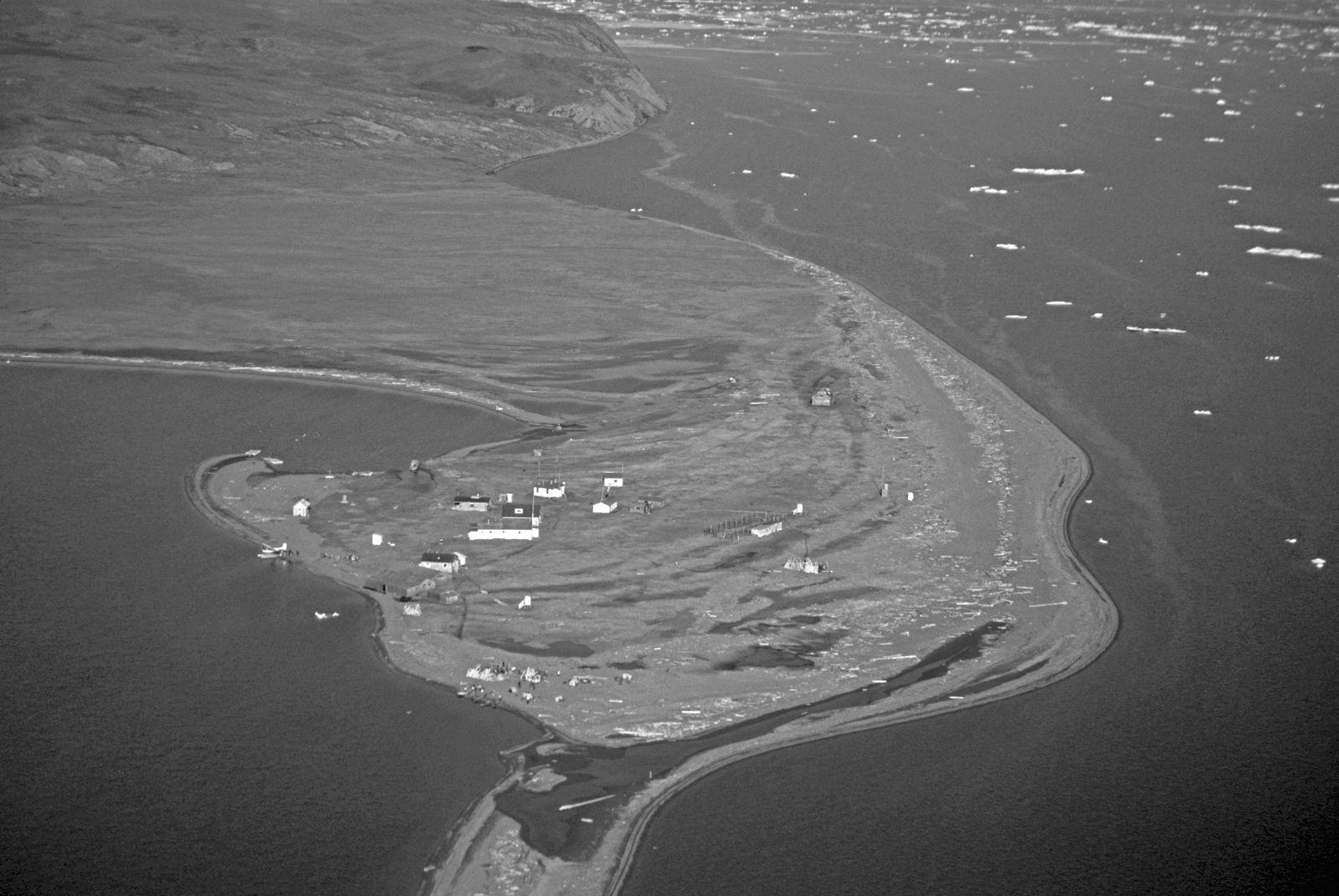 EINMALIGE VERWENDUNG Herschel Island Pauline Cove Buildings of old Whaling station