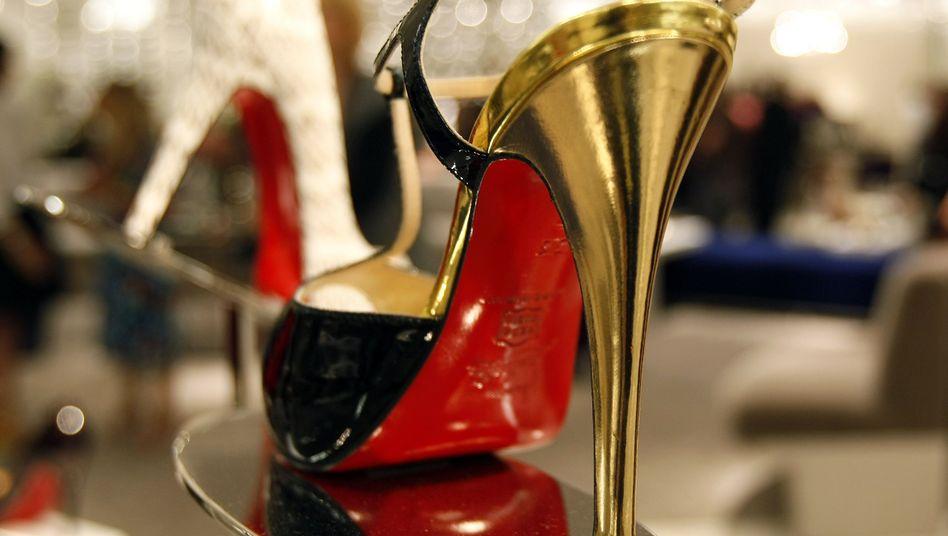 High Heels von Louboutin: Die Idee der roten Sohle kam dem Designer, als er roten Nagellack auf die schwarzen Sohlen von einem Paar Frauenschuhe gemalt hat