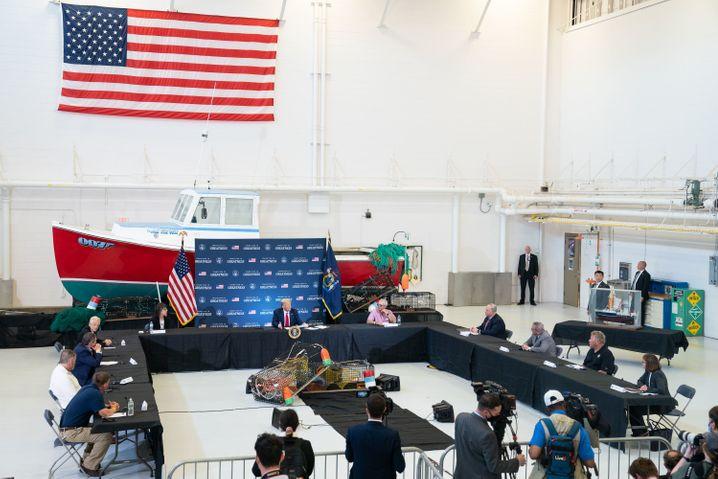 Fisherman's Friend: Donald Trump bei einem Besuch in Bangor, Maine. Er traf die Lobbyisten der Hummerfischer in einem Airport-Hangar.