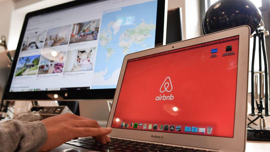 Airbnb-Logo in der Deutschlandzentrale des Unternehmens in Berlin (Archivaufnahme)