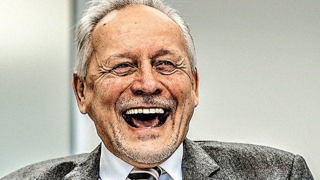 EINFACH FAMOS Wolfgang Grenke beim Studieren des Aktienkurses