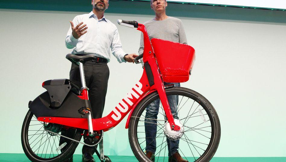Uber-Chef Dara Khosrowshahi (links) stellt in Berlin seinen Leihfahrraddienst Jump vor