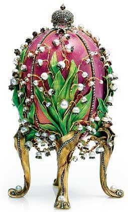 Maiglöckchen-Ei (1898): Das Ei ist mit den Lieblingsblumen und Lieblingsjuwelen (Perlen und Diamanten) der jungen Zarin verziert. Eine Überraschung kommt durch Drehen eines perlenbesetzten Knopfes an der Seite zum Vorschein - die Miniaturporträts des Zaren Nikolaus II. und seiner beiden älteren Töchter, der Großfürstinnen Olga und Tatjana