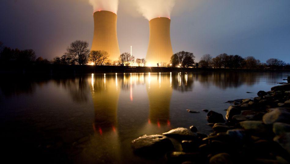 Kernkraftwerk Grohnde des Eon-Konzerns in Niedersachsen: Für die Steuerzahler und die vier Atom-Konzerne Eon , RWE , EnBW und Vattenfall geht es bei den Verhandlungen um den Atomausstieg um sehr viel Geld