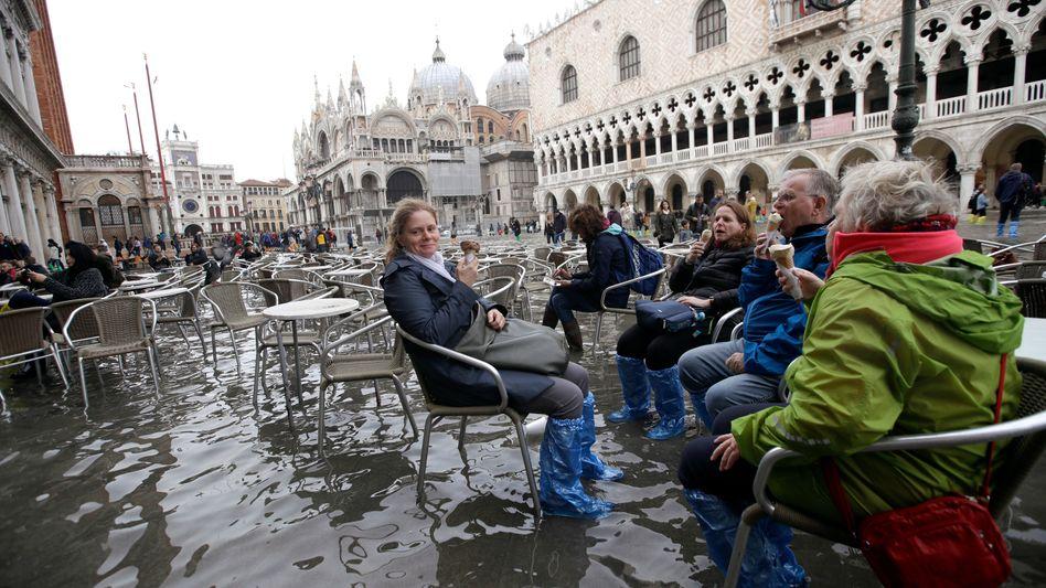 Markusplatz in Venedig: Nicht nur der Wasserstand ist hoch
