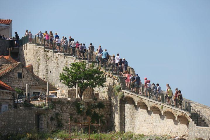 Da sein, wo alle hin wollen: Schlange stehen auf der Stadtmauer von Dubrovnik