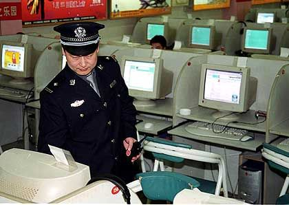 Kontrolle eines Internetcafes in Peking