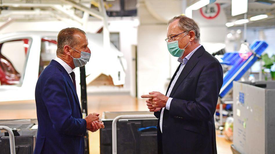 Krisenmanager: Landeschef Stephan Weil (r.) mit Volkswagen-Boss Herbert Diess beim Produktionsstart in Wolfsburg