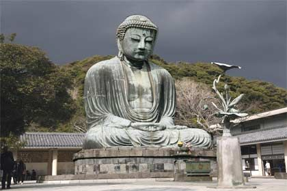 Kultur und Badespaß: Rund um die Buddhastatue in Kamakura erstrecken sich wunderbare Waldrandwege und Strände