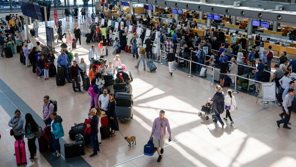 Warteschlange zur Hauptreisezeit am Flughafen Hamburg: Die Branche gelobt Besserung