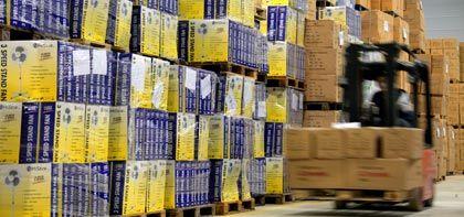 Verladung für den Export: Die Ausfuhren steigen deutlich - liegen aber noch klar unter dem Niveau des Vorjahrs