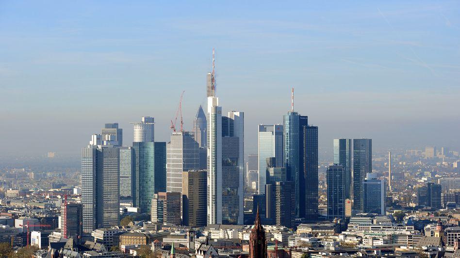Das Blaue vom Himmel: Skyline von Frankfurt, dem Sitz der Investmentbank Mainfirst, die auch Publikumsfonds auflegt und vertreibt
