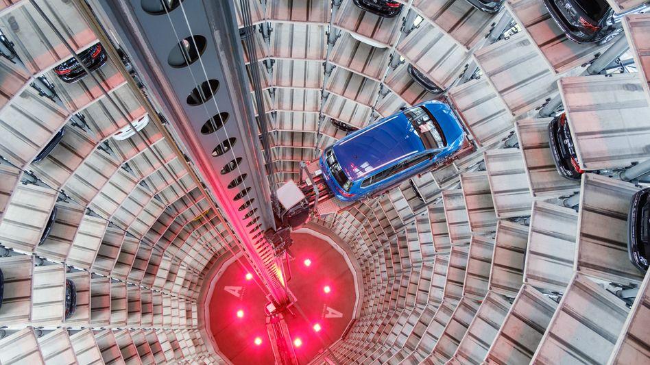 Abwärts: Der Dax verliert deutlich, vor allem die VW-Aktie rauscht nach enttäuschenden Zahlen abwärts