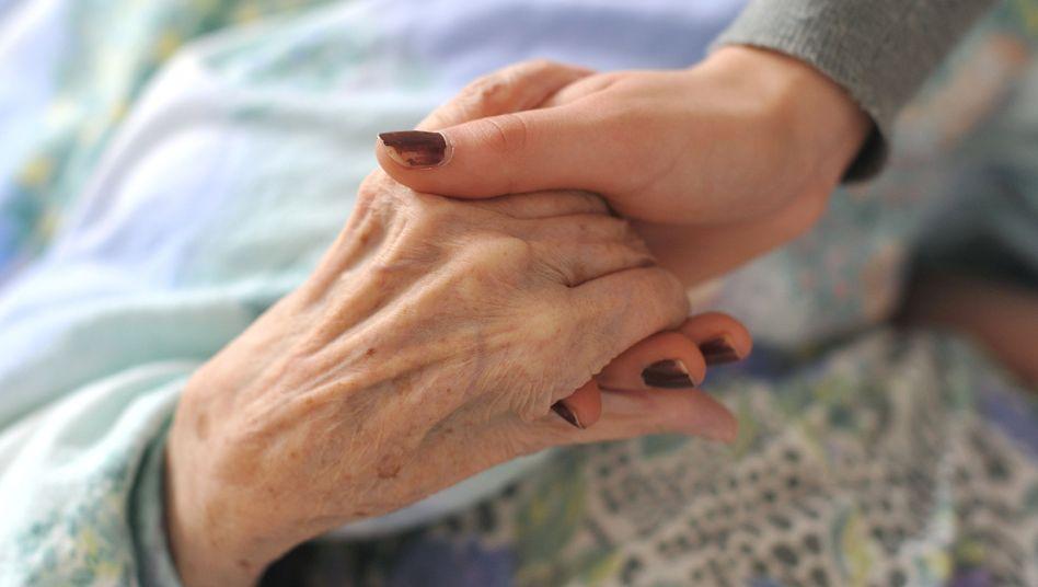 Szene aus Pflegeheim: Für die zunehmenden Leistungen ist die Sozialkasse unterfinanziert
