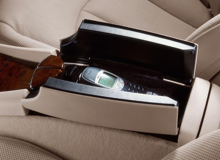 Autotelefon anno 2002: Nokia-Handy in der Mittelarmlehne einer Mercedes E-Klasse