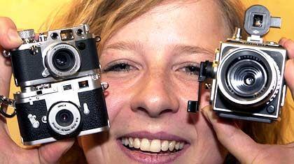 Leica`s Nostalgieshow zeigt Miniaturausgaben von Kameralegenden: Leica IIIf (oben links), M3 und Hasselblad SWC