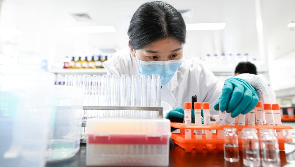 Breites Angebot: Forscherin des chinesischen Impfstoffherstellers Sinovac - in China sind schon vier heimische Impfstoffe auf dem Markt, weitere kurz davor