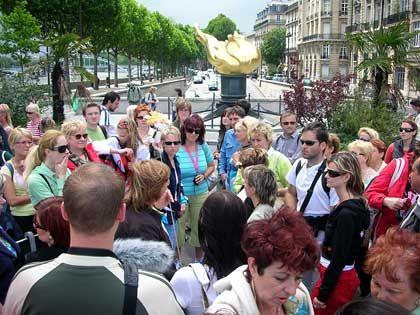 Ein Treffpunkt für Diana-Fans aus aller Welt: Zum Tunnel an der Place de l'Alma in Paris pilgern jeden Tag Hunderte Verehrer der Prinzessin