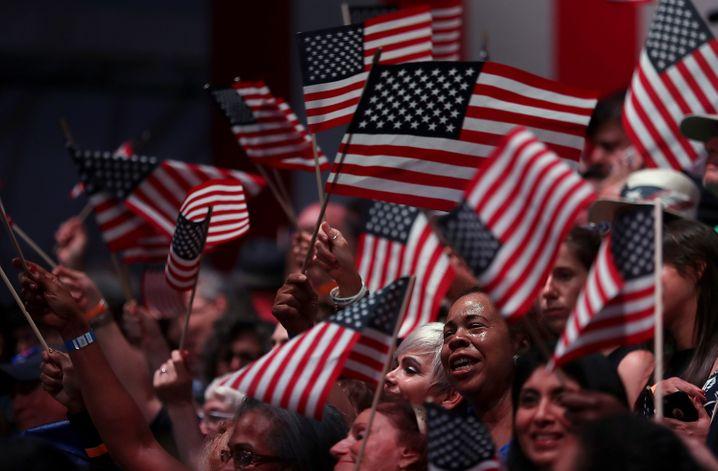 """Hillary-Clinton-Fans: Seit dem Frauenwahlrecht ist es laut Thiel für sein Wunschmodell """"kapitalistische Demokratie"""" vorbei"""