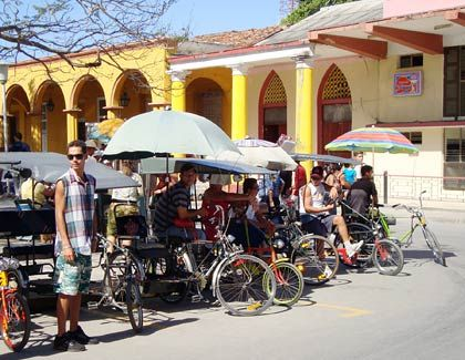 Fahrradtaxis: Wer will, kann sich gemütlich durch Holguins Altstadt kutschieren lassen