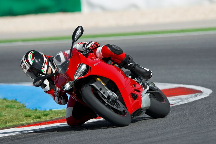 Rote Rakete: Für das komplett neu konstruierte Superbike 1199 Panigale weist Ducati ein Trockengewicht von nur 164 Kilogramm aus - bei 143 kW/195 PS Motorleistung.