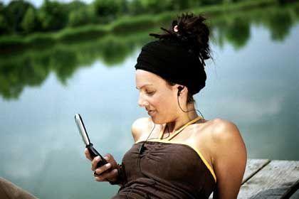 Handy-Nutzerin: Bald mehr Transparenz über Preise