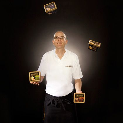 Ein Künstler seines Fachs: Mark Scheller, Eisconfiseur der Premiummarke Mövenpick, jongliert mit seinen neuen Kreationen