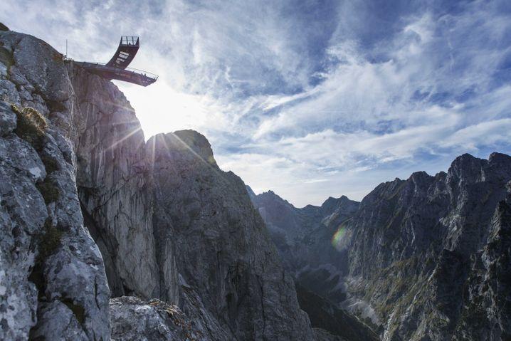Die zwei Arme der Aussichtsplattform AlpspiX im Wettersteingebirge kreuzen sich - daher der Name des Skywalks.