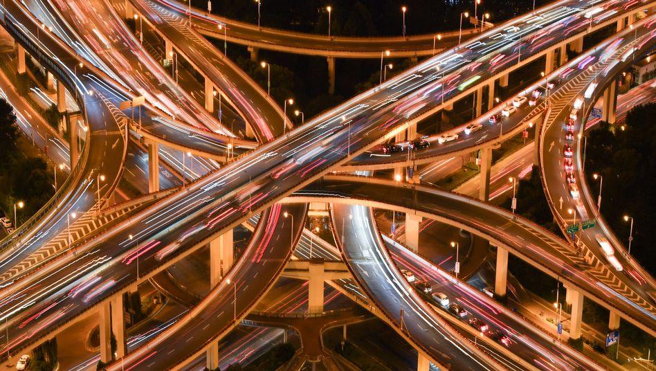 Autobahnkreuz in Shanghai: Der wichtigste Automarkt für VW, Daimler und BMW erholt sich - erstmals seit einem Jahr sind die monatlichen Zulassungen wieder gestiegen