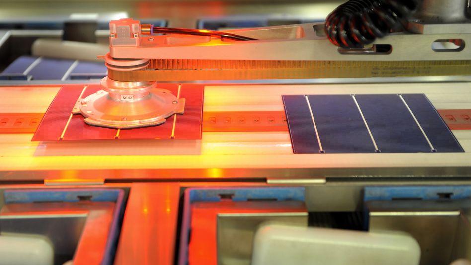 Prüfanlage für Solarzellen: Die Politik will deutschen Solarfirmen mit möglichen Strafzöllen den Rücken stärken
