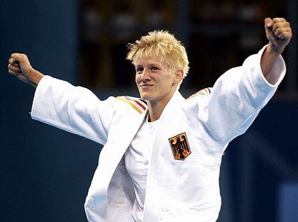 """""""Auch im Sport sagt niemand: Du musst 9,9 Sekunden laufen oder 6,50 Meter springen."""" Judoka Yvonne Bönisch bejubelt Olypmisches Gold in Athen"""