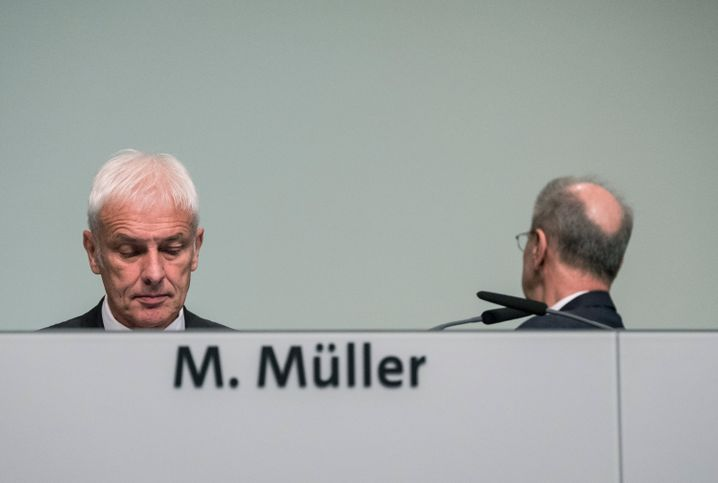 Stimmt die Chemie noch? Der Eindruck täuscht wohl, denn auf der HV ziehen Volkswagen-Chef Müller (l.) und AR-Chef Pötsch strategisch und argumentativ an einem Strang