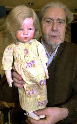 """Charakterkopf mit finsterem Blick: Puppenmodell """"Schlamperchen"""" in der Hand des Kinderbuchautoren Max Kruse"""