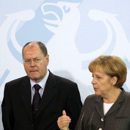 Paket verabschiedet: Bundeskanzlerin Merkel (r.) und Bundesfinanzminister Steinbrück haben grünes Licht für Wirtschaftshilfen gegeben