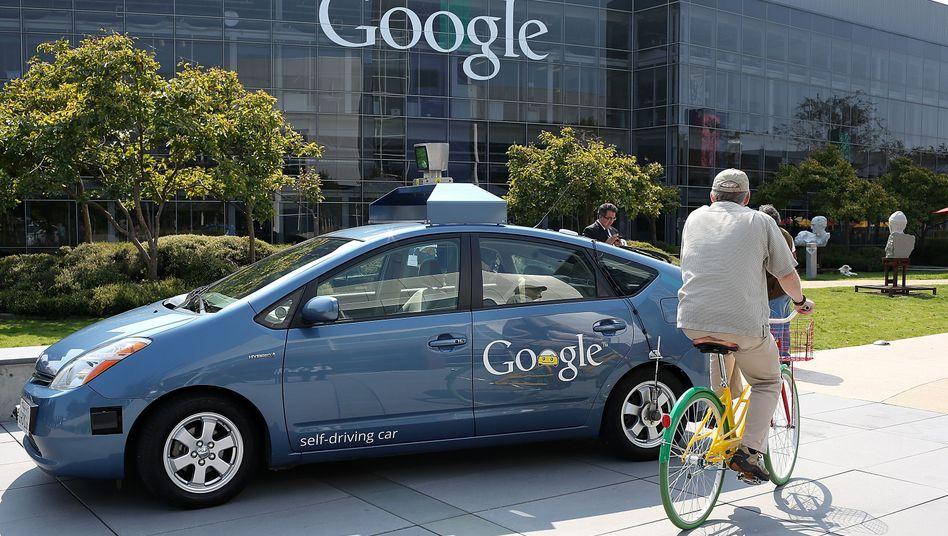 Selbstfahrendes Auto: Google darf seine Test-Autoflotte jetzt auch auf Kaliforniens Straßen lassen. In spätestens 10 Jahren soll der Verkauf starten