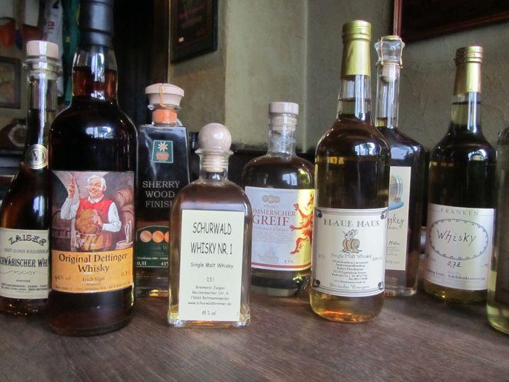 """Für Feintrinker: Andreas Weitz betreibt den """"Green Island Pub"""" in Leitz. Hier sind Whiskys aus 60 Ländern der Erde und die größte Sammlung von Whiskys aus Deutschland zu sehen."""