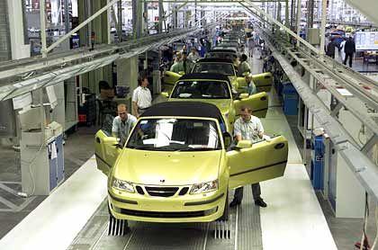 2. Die Effizienz: Auch in Schweden ist die Rentabilität noch nicht so hoch wie an anderen Produktionsstandorten - neben Rüsselsheim und dem Opel-Werk in Bochum zählt es zu den Sorgenkindern von GM. Dazu tragen auch hohe Abwesenheitsquoten auf Grund von Krankheit bei. Das Saab-Management fordert nun Mehrarbeit ohne Lohnausgleich und eine drastische Senkung der Krankentage. Konzernchef Rick Wagoner hat in den vergangenen Tagen mehrfach die Wettbewerbsfähigkeit von Rüsselsheim kritisiert. Allein gemessen an den Fahrzeugen, die pro Stunde produziert werden, sei Rüsselsheim nicht so gut wie andere Standorte. Dazu kommt, dass die Energiekosten in Schweden - insbesondere Strom - deutlich günstiger sind als in Deutschland. Da in Schweden ein Großteil der Energie aus Wasserkraftwerken stammt, ist dieser Vorteil langfristig gesichert. Fazit: 0 : 2 gegen Deutschland